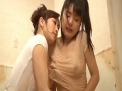 人妻 隣の若妻に目をつけて風呂掃除にかこつけてアソコを弄くるレズの人妻
