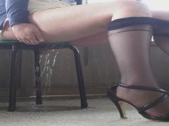 椅子に座ったお姉さんの駄々漏れ失禁