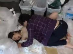 同じマンションに住む人妻さんがゴミ捨て場にいつも無防備な恰好で来るも...