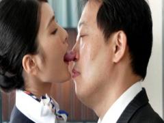 クールな美人CAが吉村卓の鼻をベチョベチョに舐めるベロチュー