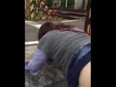 素人アダルト動画 ほら…来たぞ… 電車が通過する踏切で青姦するド変態カッ...
