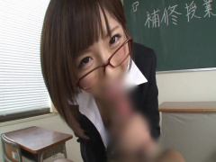 ショートカットの激カワ先生が勉強ができない僕をお仕置き! 教室でフェラ...