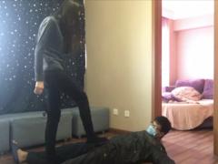 ロングヘアのドSなアジアン少女に襲われ金蹴りでボコられ部屋に連れられ電...