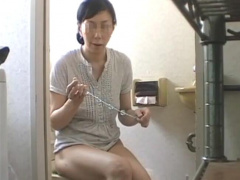 個人撮影 玩具でアナルオナニーを愉しむド変態熟女人妻! 尻穴を穿り回し.....