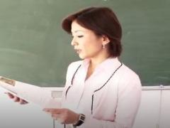 荒れたクラスで教鞭をふるう女教師の悲劇…