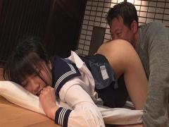 女子校生の制服が似合う美少女をエロ親父が舐めまくる