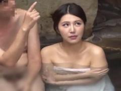 夫の提案でアイマスクをしたまま混浴温泉に入る人妻、男達に部屋に連れて...
