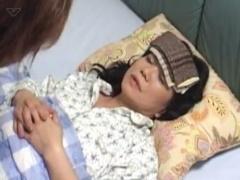 倒れて寝込んでいる母親のオマンコにぶっといチンポを注射する息子