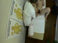 腰痛治療に訪れたモデル体型のヘルス嬢が剛毛マ○コを弄られて大量潮吹き