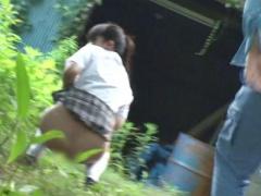 JK×レイプ 野外でおしっこ中に強姦魔に襲われる美少女! 手マンで大量潮吹...