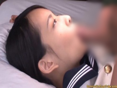 チンポをしゃぶる制服姿の女子校生。亀頭をペロペロ舐め回し舌の上に出さ...