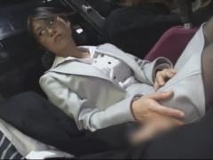 熟女ナンパ バスの中で隣の男のチンポに喰らい付く地味顔の痴女が逆痴漢で...