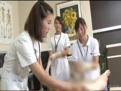 看護師が早漏治療のためチ〇ポをゴム手袋着装でシコシコ手コキしてくれる。