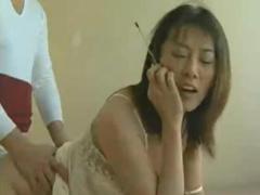 ヘンリー塚本 中国人熟女が夫と電話中に日本人肉棒を串刺しにされ悶絶絶頂...