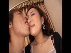 色気ムンムンの熟女と唾液絡ませながら顔舐めベロチュー。鼻の穴に舌ねじ...