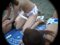 水着ポロリ盗撮 海水浴場でビーチのビキニギャルが、おっぱいを露出してし...