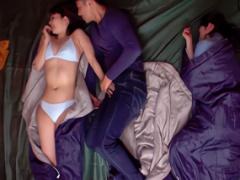 同じテントで寝ることになった美熟女に肉棒を見せつけた結果 パコパコ濃密...