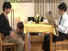 母子相姦 夫の目をかすめてテーブルの下で息子のチンポをしゃぶり賞金をゲ...