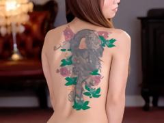 清楚なイメージの美熟女の背中には立派な刺青! バックでパコパコセックス...