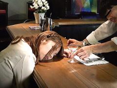 バーを訪れた美人な女性を酒に混ぜ込んだ睡眠薬で眠らせてレイプ