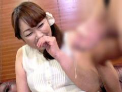 熟女妻 50 に勃起したチンポを見せつけてセンズリ鑑賞させる、最後は手コ...