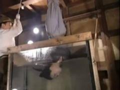 縛られた熟女が三角木馬調教や逆さ吊りで水中に落とされるSM拷問! !