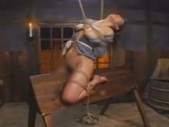 緊縛された女囚が三角木馬に乗せられSM拷問調教