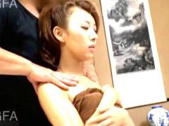 旅館で呼んだマッサージ師のテクニックにイキまくる人妻!