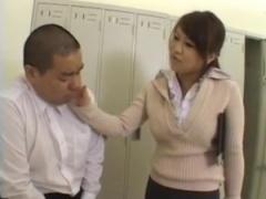 女教師 エロ本見てオナってる生徒を見つける巨乳の教育実習生。 立体的な...