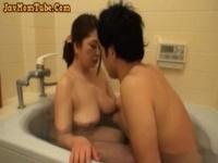 薄着で風呂掃除している熟女母さんに興奮して抑えきれなくなった息子w