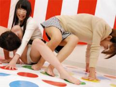仲良し素人娘2人組がリモバイツイ○ターゲームでパンチラしまくり!