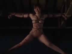 地下部屋に囚われた熟女が緊縛されて天井はりつけ調教! ジュート縄が美肉...