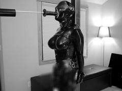 目隠しに全身ラバースーツで柱に磔拘束された巨乳M女が固定電マ責めにディ...