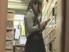 書店で立ち読み中のJKを媚薬レイプ痴漢動画