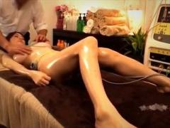 人妻マッサージ 治療用の機械を付けられて性感帯刺激されながら施術される...