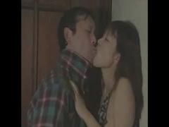 ヘンリー塚本 夫が寝ているのに友人と全裸セックス...夫、妻への裏切り行...
