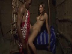 アフリカを訪れ現地部族の初めてのブラックメガチムポでイキまくる