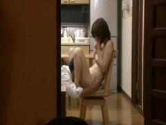 寝取られ動画 寝ている夫の様子を伺いながら羞恥を煽られる義兄の恥辱プレ...
