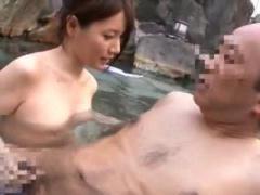 混浴露天風呂で見ず知らずのおじさんに発情し手コキ抜きにかかる美女!