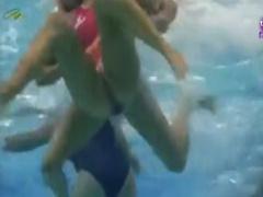 水球お宝映像 ポロリは当たり前の競技! 水着を引っ張り合う水球の試合を水...