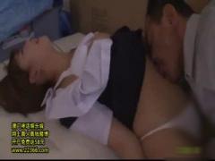 可愛いJK紗倉まなが匂いフェチの変態教師に捕まってピンチ! 足を舐められ...