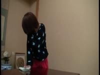 テーブルの角でオナニーしているお姉さんを盗撮! バレたあとも続きをして...