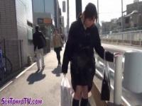 野外羞恥アクメ リモバイを股間に仕込まれた制服女子が、公衆の面前で羞恥...