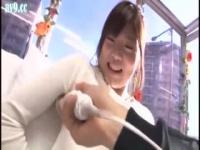 友達の前で初めての電マに体をビクビク反応させてガチイキしまくる女子大生