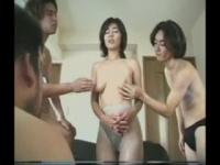 熟女動画 産後母乳のでる人妻さんが3人の男相手にアナルとマンコをにちん...