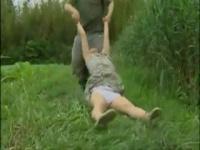 女子大生が通りすがりの土方に草むらに連れこまれ犯される!