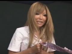 黒ギャル痴女ナースの手コキ亀頭責めで男の潮吹きをさせられるM男動画