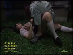 夜道を歩いていた美少女JKが発情した作業服の男にレイプされ、必死の抵抗...