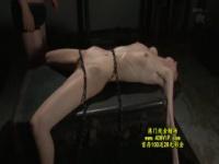 アイアンクリムゾン ハーフ顔の貧乳美女にギロチン拘束アナル中出し!