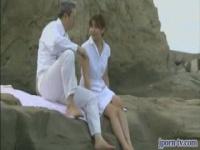 ヘンリー塚本 白衣の紳士と海辺で青姦セックスする不倫女性